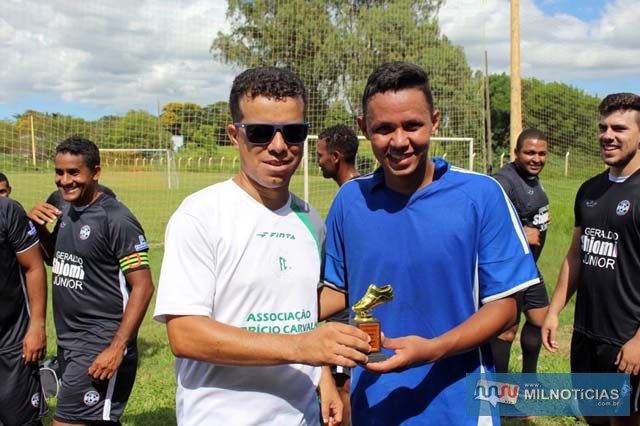 Claudinho (Juma Mais), recebe troféu de artilheiro das mãos de Silvano. foto: MANOEL MESSIAS/Agência