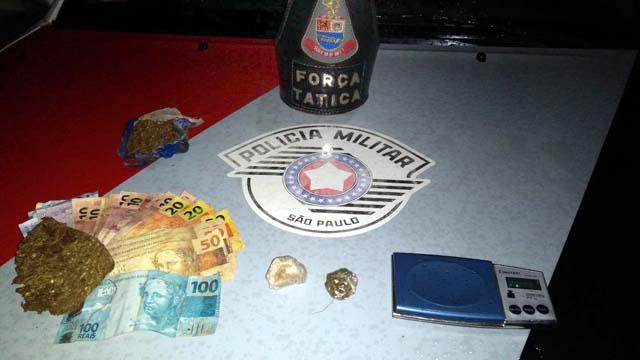 Foram apreendidos porções de crack, maconha, além de R$ 598,00 em espécie. Foto: DIVULGAÇÃO