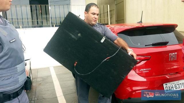 – Foram recuperados uma caixa de som com 2 falantes, aparelho de som, controle remoto, furtados do Gol. Foto: MANOEL MESSIAS/Agência