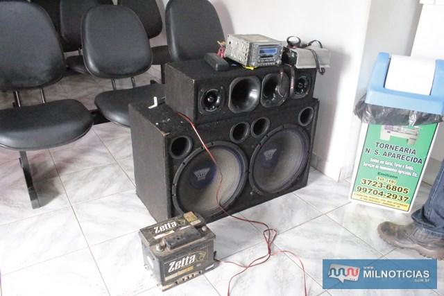 Foram recuperados uma caixa de som com 2 falantes, aparelho de som, controle remoto, furtados do Gol. Foto: MANOEL MESSIAS/Agência