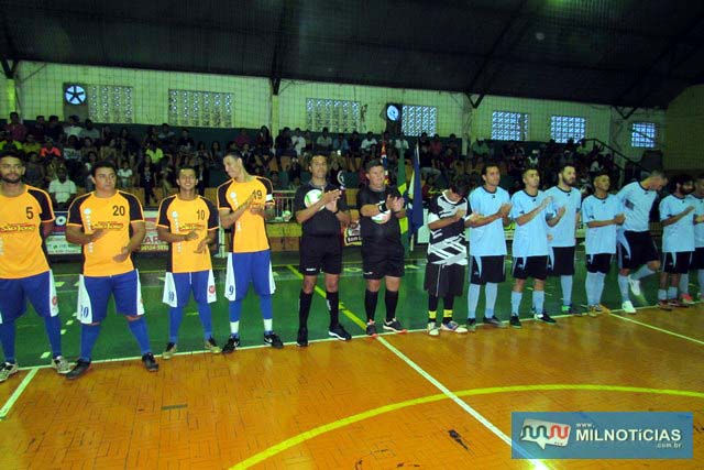 As duas equipes que estrearam na competição, assim como a arbitragem no jogo inaugural. foto: Assessoria de Comunicação