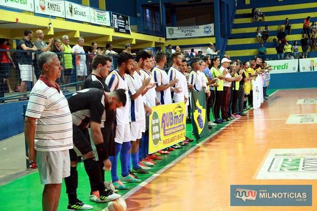 Equipes, autoridades e juizes da partida perfiladas durante execução dos hinos Nacional e de Andradina. Foto: Secom/Prefeitura