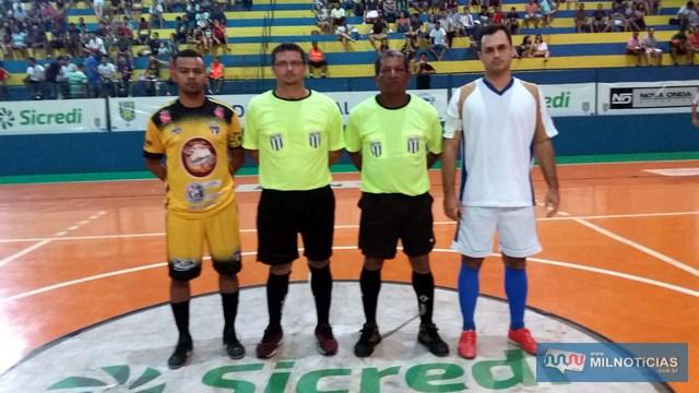 Juizes da partida inaugural da competição com os capitães das duas equipes. Foto: Secom/Prefeitura