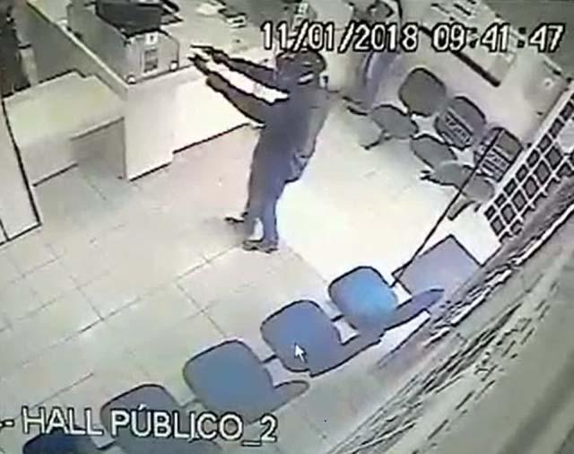 Ladrão armado rende funcionários e rouba agência dos Correios em Itapura. Foto: Circuito de segurança