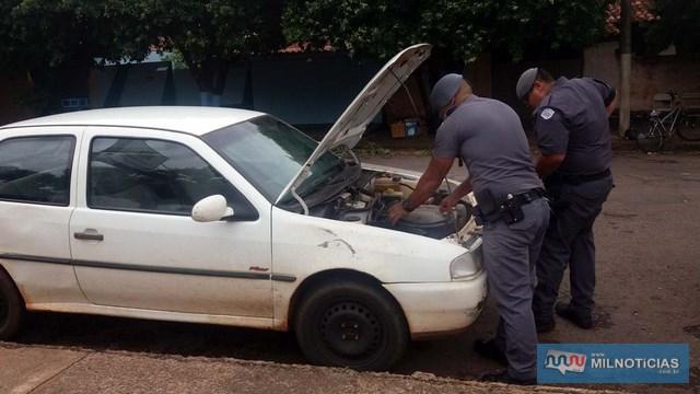 PMs procuraram mais droga no compartilhamento do motor do Gol branco, com placa de Três Lagoas/MS. Foto: MANOEL MESSIAS/Agência