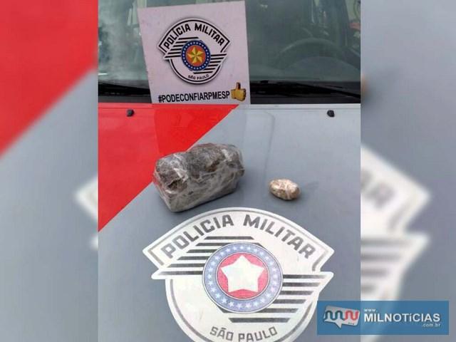 Foram apreendidos meio tijolo de maconha pesando 506 gramas, 32 gramas de crack, além de R$ 15,00. Foto: MANOEL MESSIAS/Agência