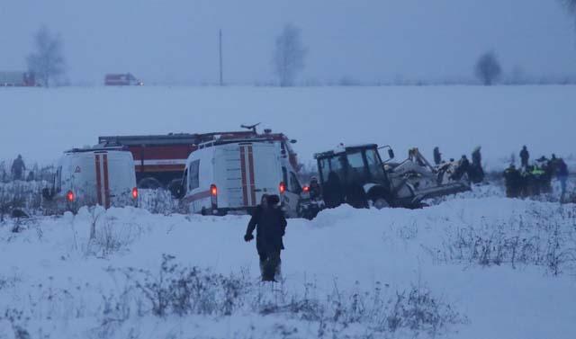 Serviços de emergência trabalham no local do acidente do avião da Saratov (Foto: Maxim Shemetov/Reuters)