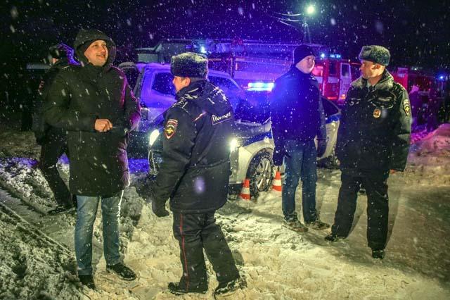 Policiais bloqueiam via perto do local onde caiu um avião da companhia Saratov (Foto: Vasily Maximov/AFP)