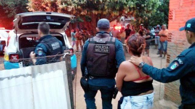 Acusada é levada presa pela PM até a Delegacia de Polícia. Foto: Celso Daniel/Patrulhanews