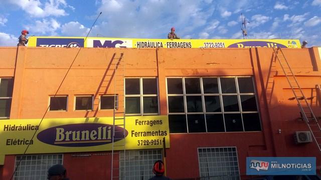 Enquanto bombeiro descia painel, foi possível constatar que seria colocado prikeiro o da fachada da frente da loja. Foto: MANOEL MESSIAS/Agência