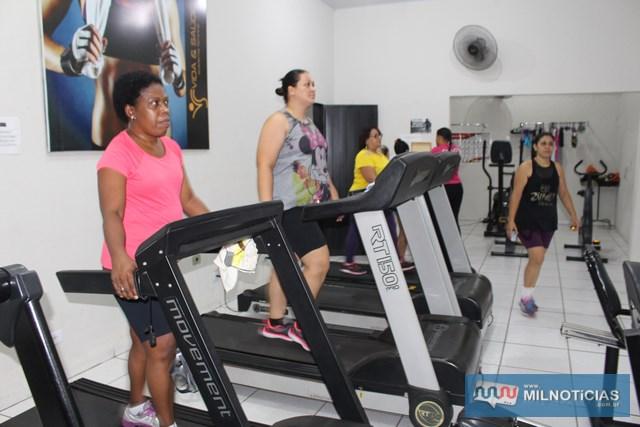 Enquanto algumas mulheres se exercitavam no salão, outros estavam nos aparelhos. Foto: MANOEL MESSIAS