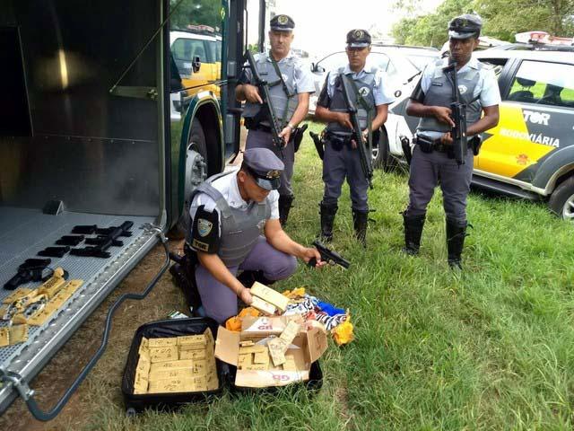 Armas e munições foram encontradas na bagagem do pasageiro de um ônibus, em Araçatuba (SP) (Foto: Polícia Militar Rodoviária/Divulgação)