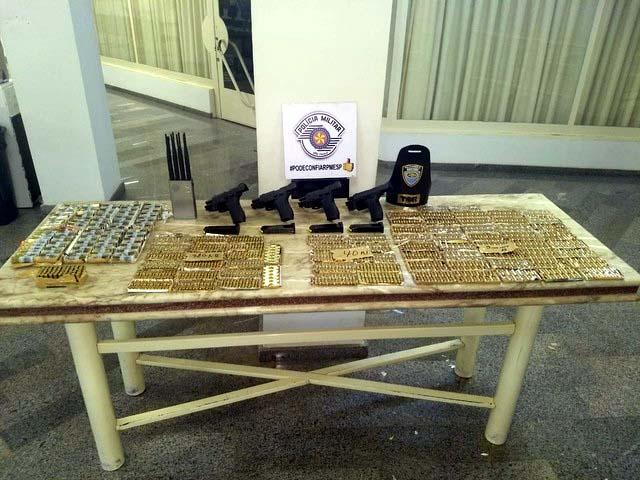 Quatro pistolas e centenas de munições foram apreendidas em Araçatuba (SP) (Foto: Polícia Militar Rodoviária/Divulgação)