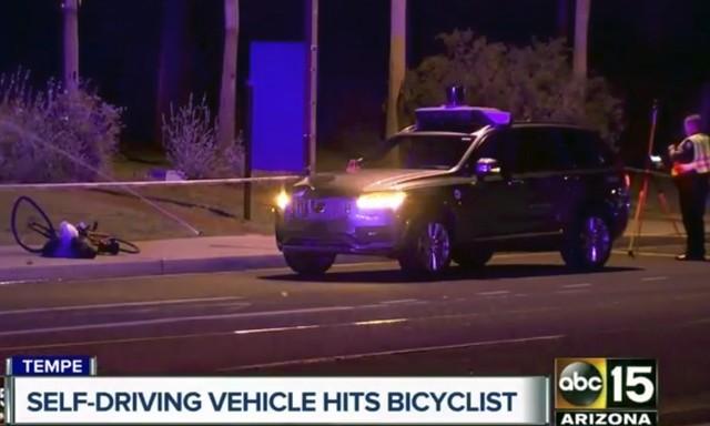 Imagem divulgada pela rede ABC mostra carro da Uber e bicicleta amassada no local do acidente (Foto: ABC-15.com via AP).