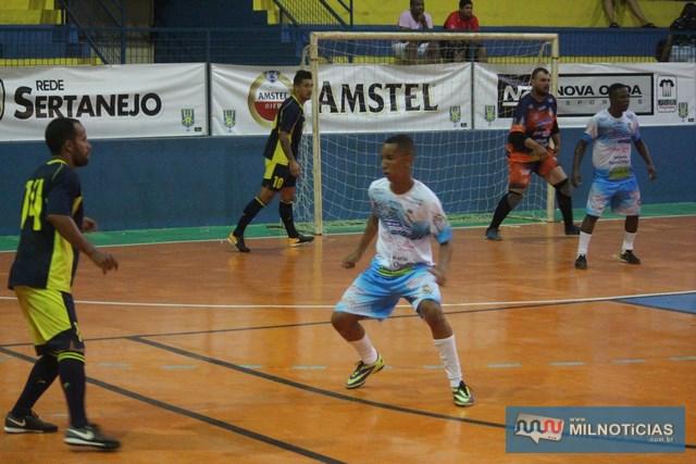 Excelente goleiro do Sereno (ao fundo), não conseguiu evitar a derrota de sua equipe. Foto: MANOEL MESSIAS