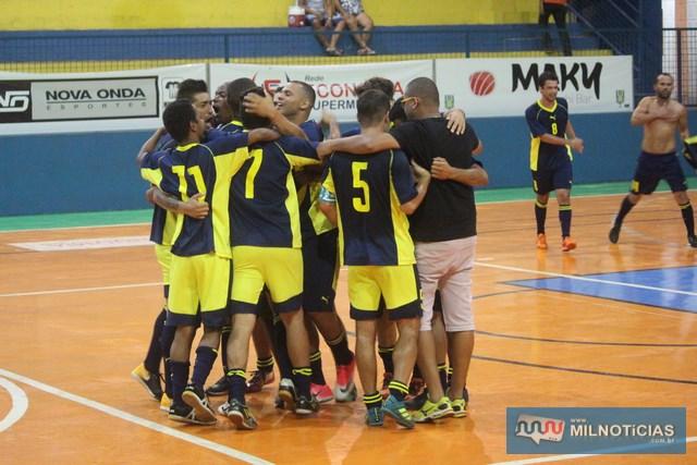 Jogadores e comissão técnica do Grub comemoram a vitória e classificação à final. Foto: MANOEL MESSIAS