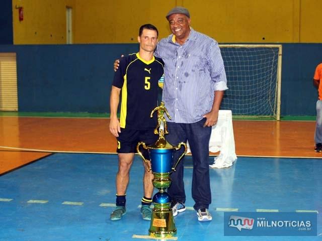 O Secretário de Esportes, Manoel Messias de Almeida entrega troféu de campeão para Marcinho Richardes. Foto: MANOEL MESSIAS DA SILVA