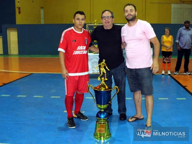 Max (esq), capitão do Santo Antônio, recebe das mãos de Flávio Moreira (c), troféu de vice campeão, tendo ao lado Tiago Máximo. Foto: MANOEL MESSIAS