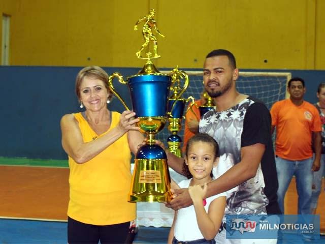Puff (capitão do Sereno), acompanhado da filha, recebe troféu de 3º colocado das mãos de Núbia. Foto: MANOEL MESSIAS