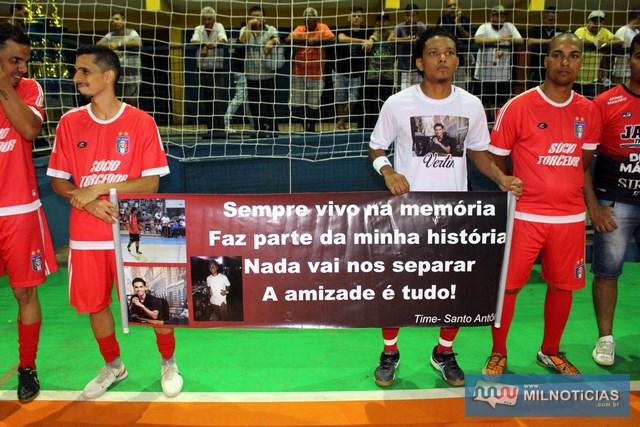 """Esportista e publicitário """"Vertin"""" foi lembrado com uma faixa e camiseta na final. Foto: MANOEL MESSIAS"""