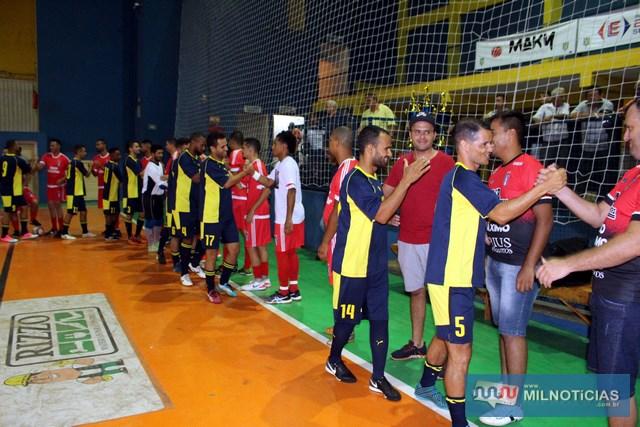 Confraternização entre jogadores mostrava que a rivalidade era só em quadra. Foto: MANOEL MESSIAS
