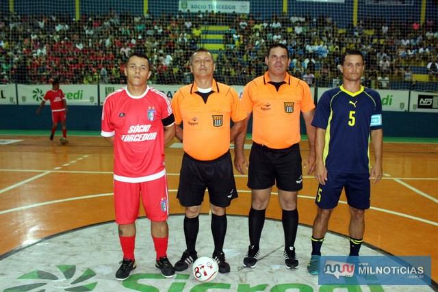 A partir da esq., Max, capitão do Santo Antônio, árbitros Pipino e Paulo e Marcinho Richardes, capitão do Grub/Biguá. Foto: MANOEL MESSIAS