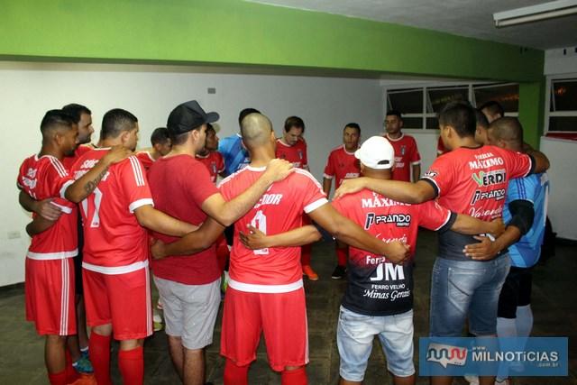 Concentração total da equipe do Santo Antônio no vestiário. Foto: MANOEL MESSIAS