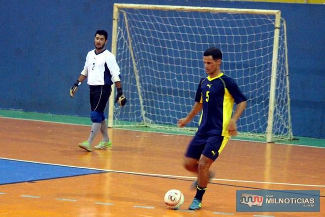 Marcinho Richarde (com a bola), é o vice artilheiro do campeonato com 12 gols. Ao fundo o goleiro Bruno. Foto: MANOEL MESSIAS/Mil Noticias