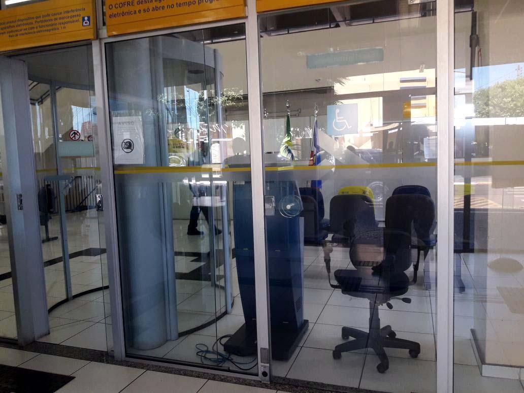 Somente os caixas eletrônicos da agência estão  funcionando nesta segunda-feira (19). Foto: Whats App