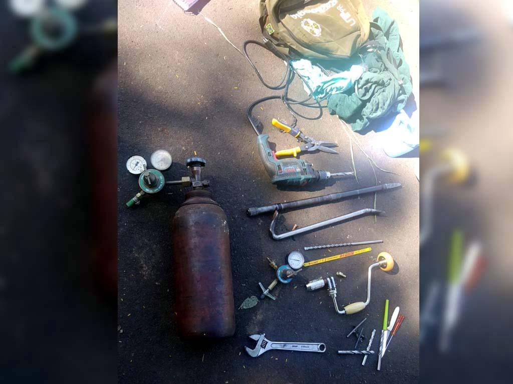 Várias ferramentas utilizadas pelos bandidos foram apreendidas. Foto: DIVULGAÇÃO/PM