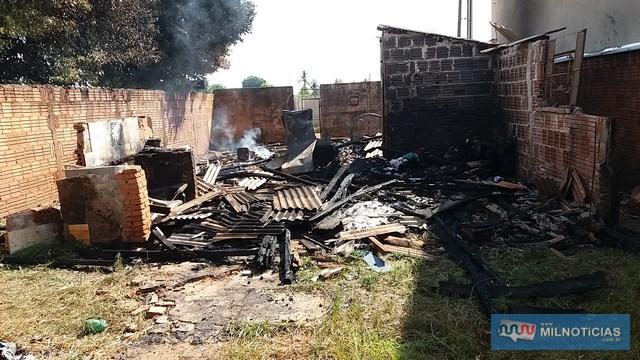 Casa ficou completamente destruída no incêndio. Foto: MANOEL MESSIASA/Agência