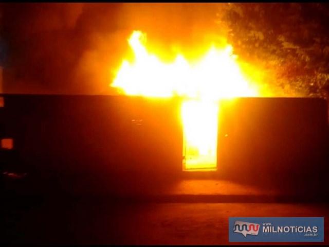 Imagens reproduzidas de vídeo mostram a altura das chamas