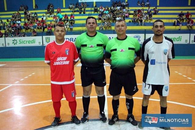 A partir da esq., Max, capitão do Santo Antônio, árbitros Paulinho e Pipino e 'Paraíba', capitão de Planalto. Foto: MANOEL MESSIAS/Mil Noticias