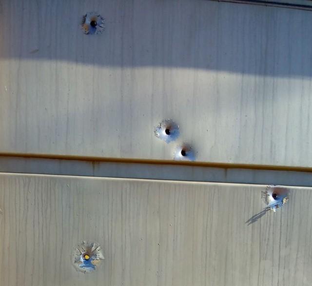 Tiros atingiram o portão da frente da residência (Foto: Arquivo Pessoal).
