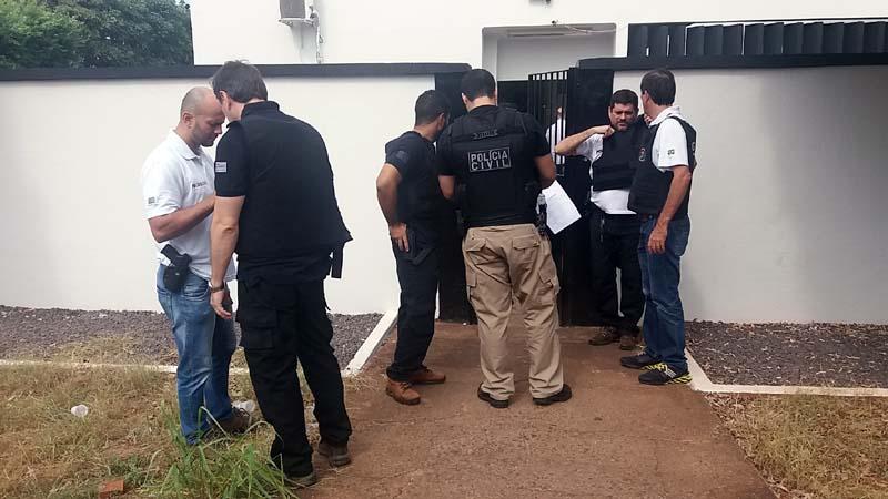 Policiais civis se reúnem antes de efetuar mais uma prisão. Foto: MANOEL Messias/Agência