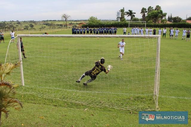 Recanto dos Esportes (azul), venceu no tempo normal por 2 a 1 e derrotou a AABB (branco), nas penalidades. Fotos: MANOEL MESSIAS/AGÊNCIA