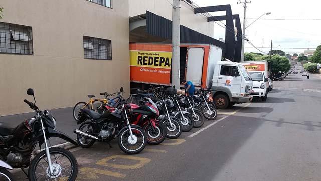 Motocicleta estava estacionada em um bolsão ao lado de um supermercado no centro da cidade. Foto: MANOEL MESSIAS/Agência