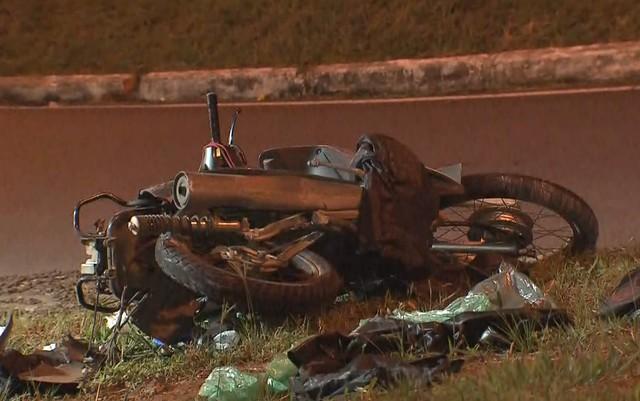 Moto envolvida em acidente na Asa Norte, em Brasília; os dois ocupantes morreram (Foto: TV Globo/Reprodução).