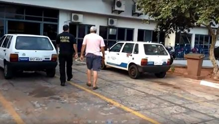 Agente chega à prefeitura de Araçatuba para cumprir mandados durante a operação (Foto: Márcio Zeni/TV TEM)