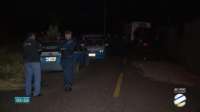 Polícia Militar e caminhão roubado no local da troca de tiros com assaltantes (Foto: Reprodução/TV Morena).