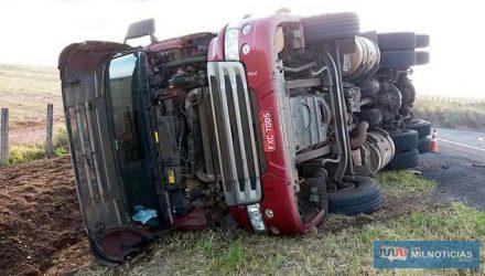 Carreta tombou lateralmente quando motorista efetuava retorno no acesso do trevo do patrimônio de Paranápolis, em Andradina. Felizmente só prejuízos materiais. Fotos: MANOEL MESSIAS/Agência