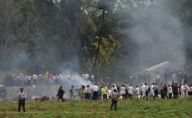 Equipes de resgate trabalham no local onde um avião com 113 pessoas a bordo caiu logo após decolagem em Havana, Cuba (Foto: Yamil Lage/AFP).