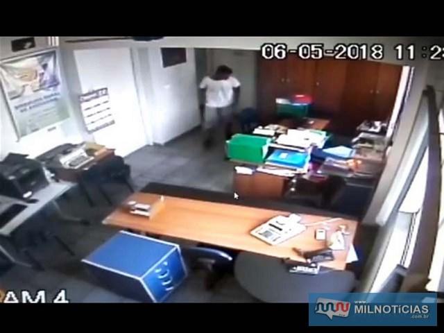 Imagens de circuito de segurança do Sindicato flagraram ação do criminoso. Foto: Reprodução de vídeo