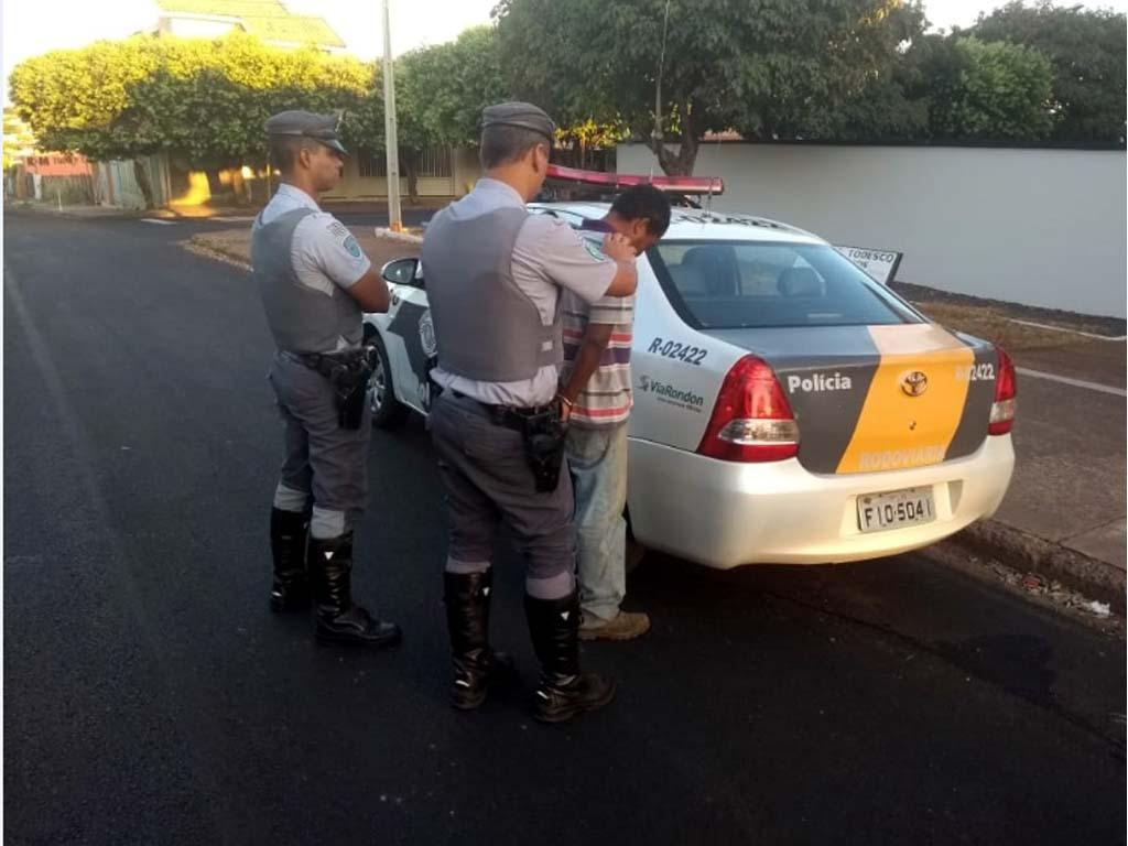 Momento em que policiais rodoviários efetuam a prisão de Messias Gonçalves dos Santos de 35 anos, acusado de matar o irmão. Foto: DIVULGAÇÃO/PMRv