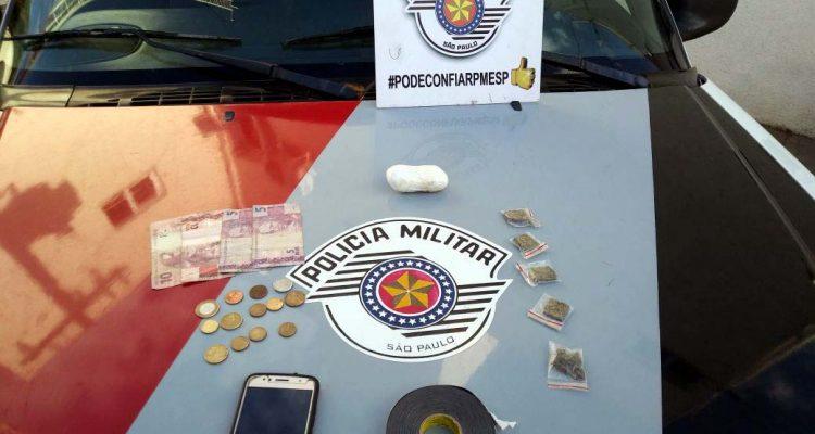 Foram apreendidos 55 gramas de cocaína, 14g de maconha, apetrechos para embalar entorpecentes, R$32,95 em dinheiro, além de um aparelho celular. Foto: DIVULGAÇÃO/PM