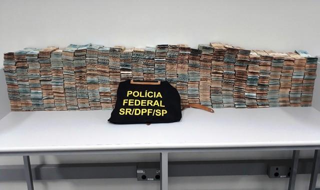 Policiais federais contabilizaram dinheiro encontrado com prefeito de Mongaguá, SP (Foto: G1 Santos)