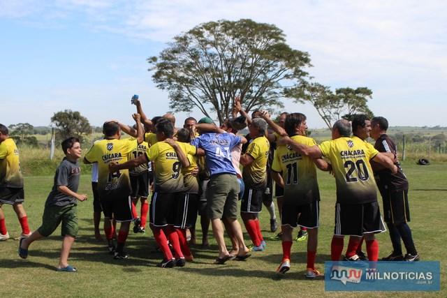 Explosão de alegria de jogadores, torcedores e comissão técnica da Chácara Recanto dos Esportes. Foto: Manoel Messias/Agência