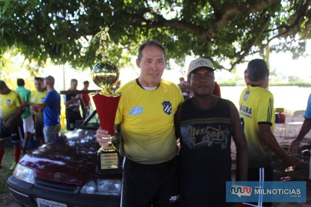 """""""Dema"""" (esq.), da equipe campeão da Chácara Recanto dos Esportes. Foto: Manoel Messias/Agência"""