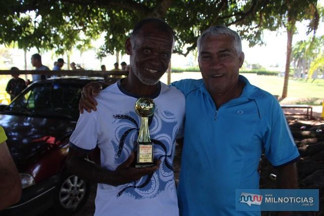 """O homenageado do torneio, """"Den"""" (esq.), com o veterano """"Nem"""", do time do Bela Vista, de Andradina. Foto: Manoel Messias/Agência"""