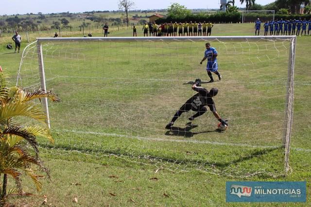 Goleiro de Mirandópolis defendeu a primeira cobrança de penalidade do time de Pereira Barreto. Foto: Manoel Messias/Agência